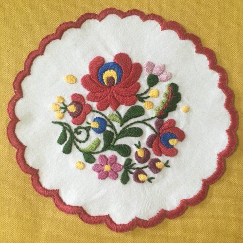 ハンガリー刺繍ドイリー