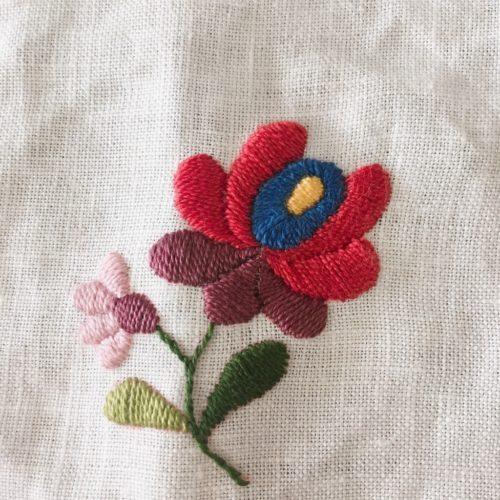 ハンガリー刺繍小さな花